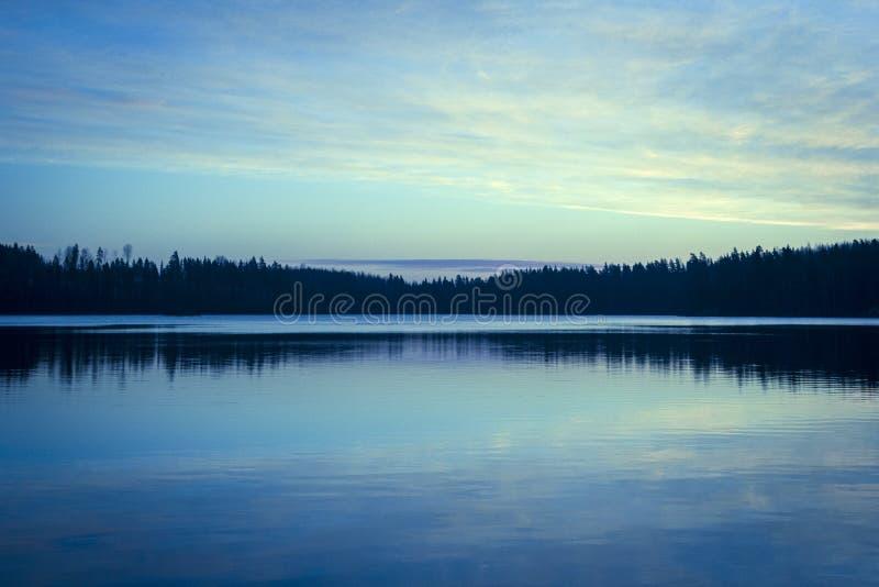 Um por do sol lindo sobre o lago fotos de stock royalty free