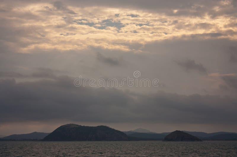 Um por do sol no mar no porto da baía de Rosslyn perto de Yeppoon na área do Trópico de Capricórnio em Queensland central, Austrá imagem de stock royalty free