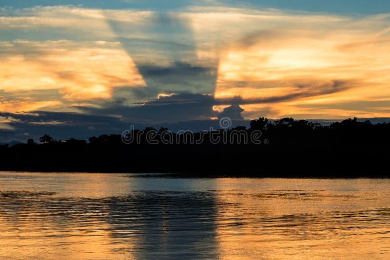 Um por do sol no rio de Javari fotos de stock royalty free