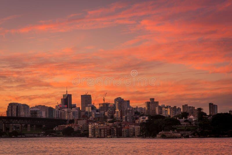 Um por do sol panorâmico das construções e dos arranha-céus em Sydney Harbour imagem de stock royalty free
