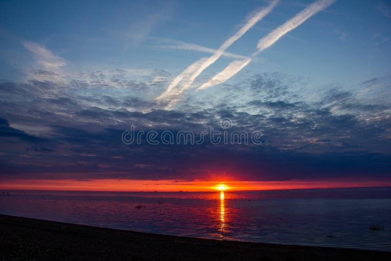 Um por do sol raramente bonito do fogo pelo mar Por do sol no golfo Por do sol no mar fotografia de stock
