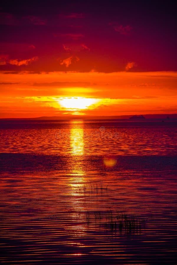 Um por do sol raramente bonito do fogo pelo mar Por do sol no golfo Por do sol no mar fotos de stock royalty free