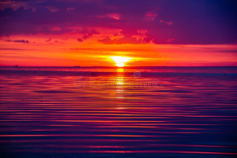 Um por do sol raramente bonito do fogo pelo mar Por do sol no golfo Por do sol no mar fotografia de stock royalty free