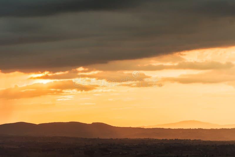 Um por do sol do verão após uma tempestade no vale foto de stock