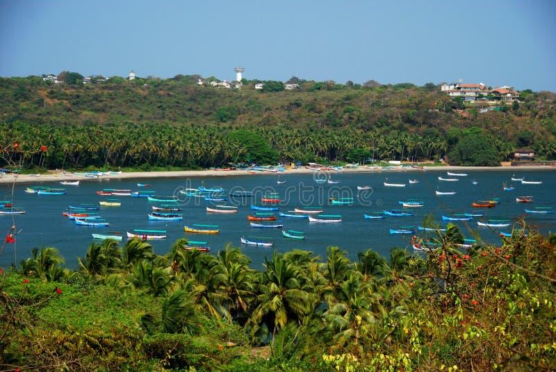 Um porto completamente de barcos coloridos em Candolim fotografia de stock