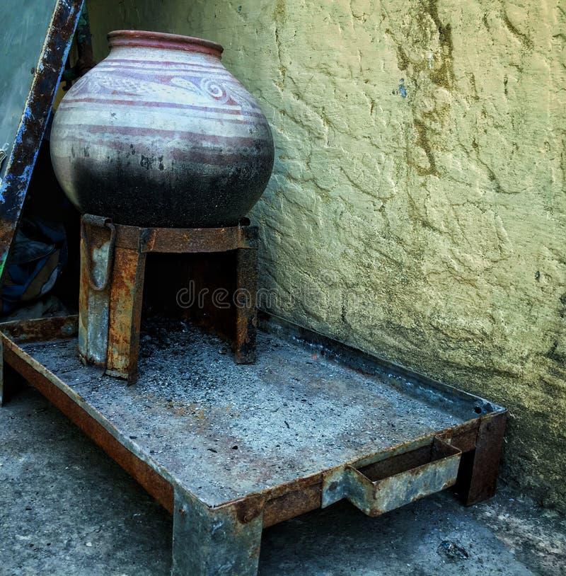 Um potenciômetro de argila está em uma grelha fotografia de stock royalty free
