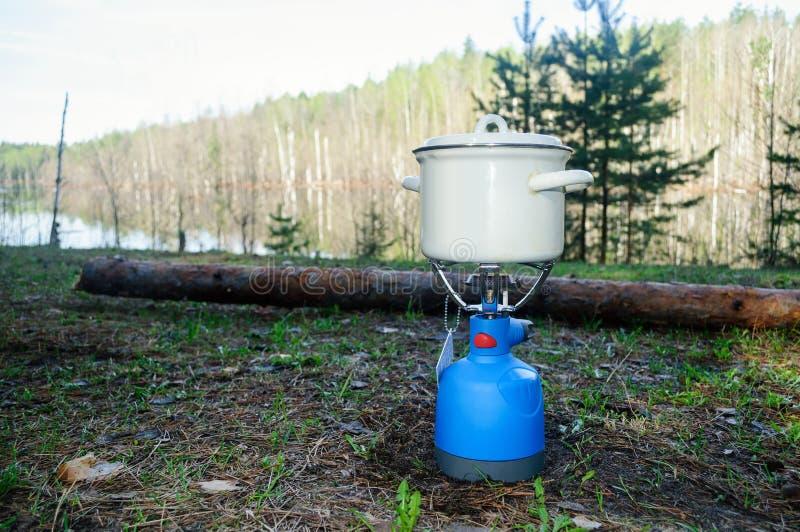 Um potenciômetro pequeno no fogão de gás fotografia de stock