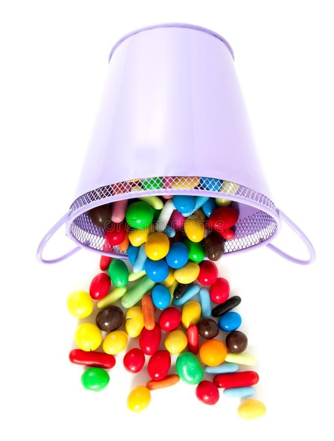Um potenciômetro roxo com doces doces fotografia de stock royalty free