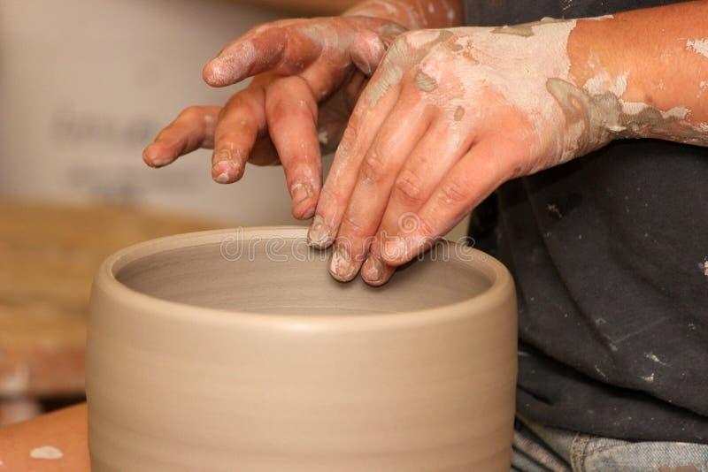 Um Potter& x27; mãos de s imagens de stock