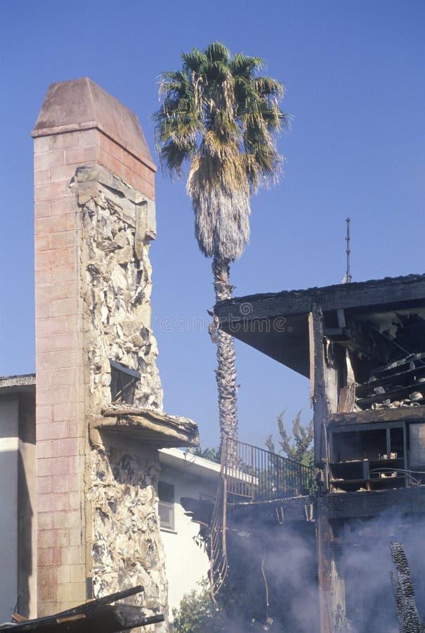 Um prédio de apartamentos no fogo em consequência do terremoto de Northridge em 1994 imagem de stock