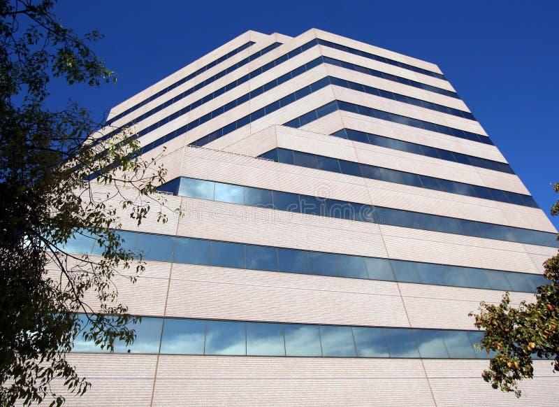 Um prédio de escritórios alto reflete nuvens