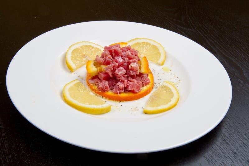 Um prato com tártaro do atum imagens de stock