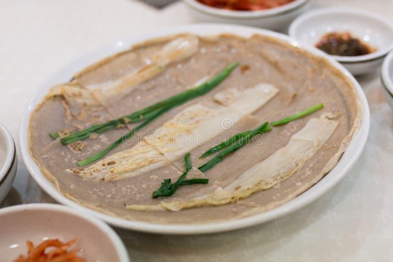 Um prato coreano na tabela de jantar fotografia de stock royalty free
