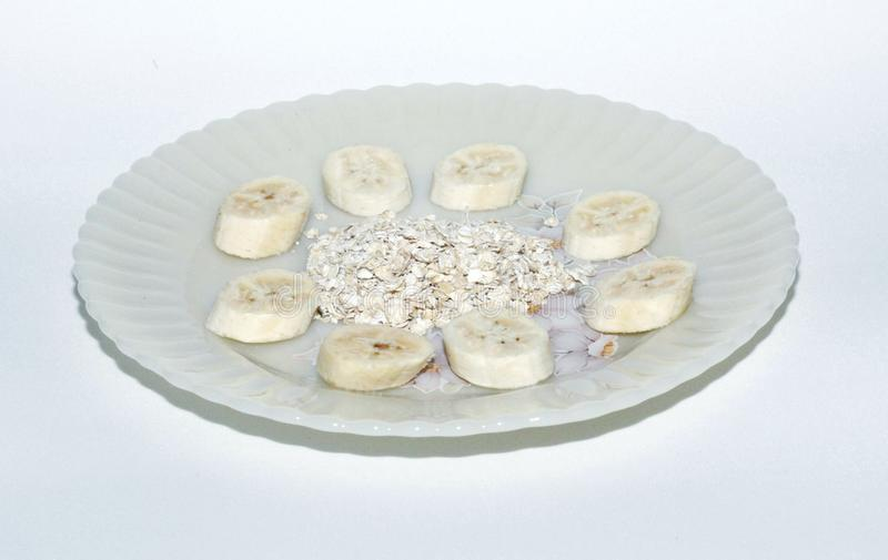 Um prato da banana com aveia fotografia de stock