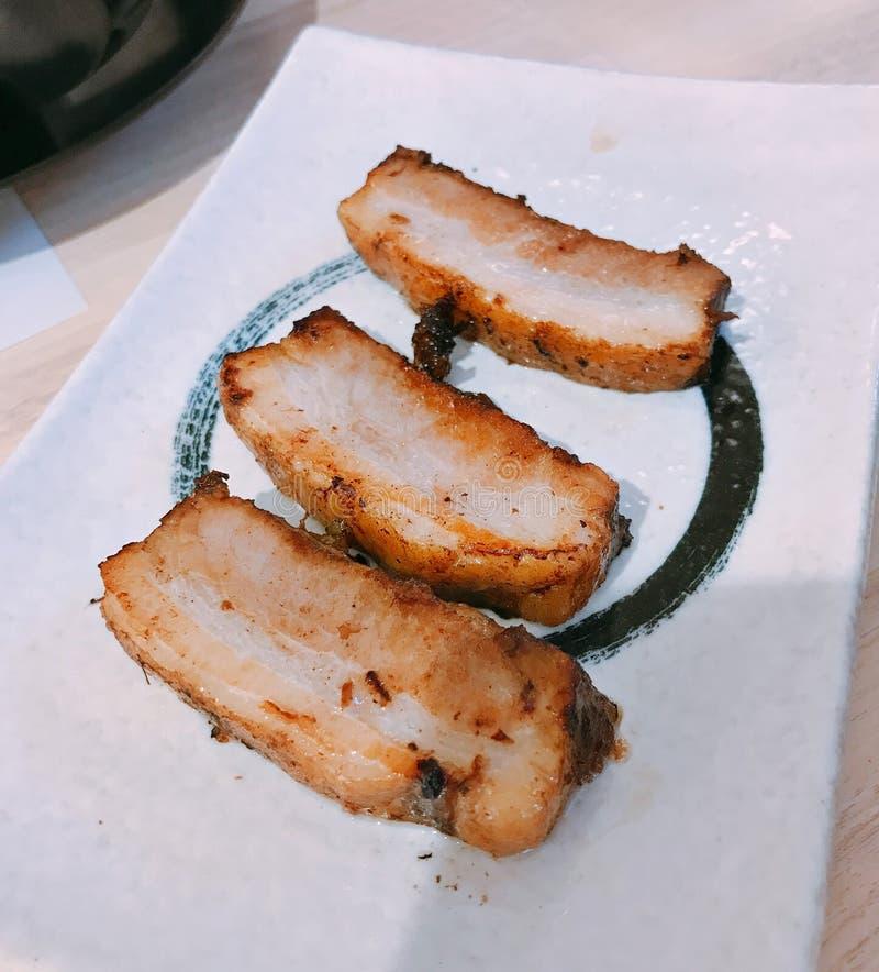 Um prato da barriga de carne de porco cortada grelhada saboroso fotos de stock