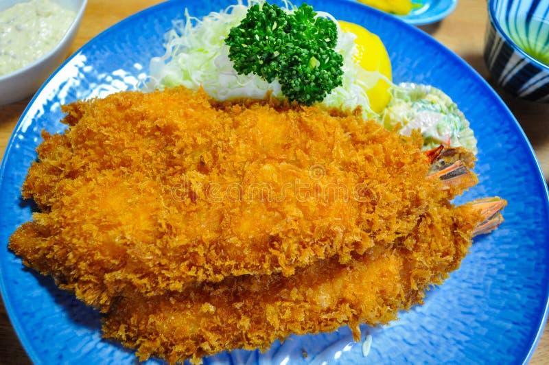 Um prato do grande camarão fritado em um restaurante japonês fotos de stock