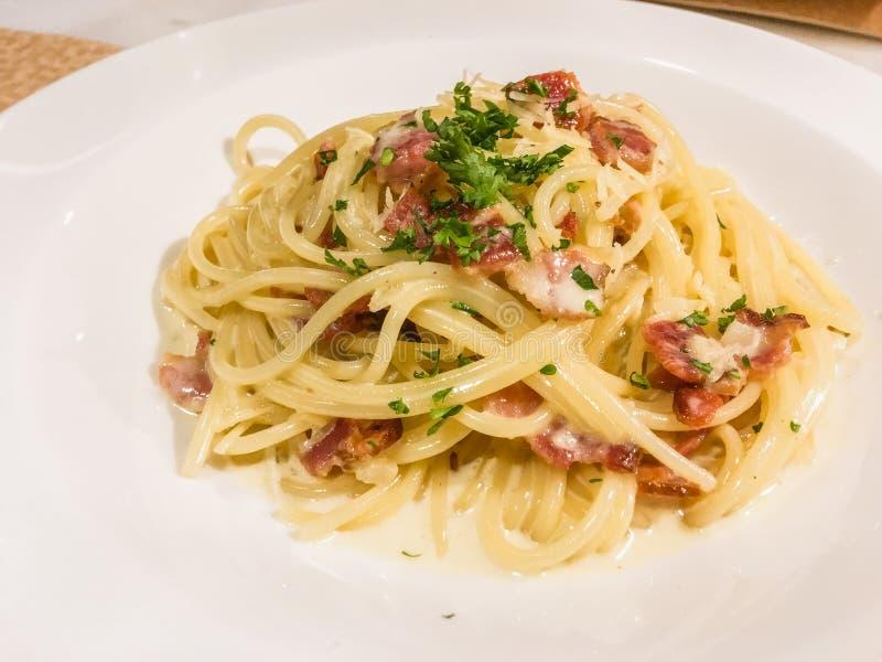 Um prato dos espaguetes com molho de creme imagem de stock royalty free