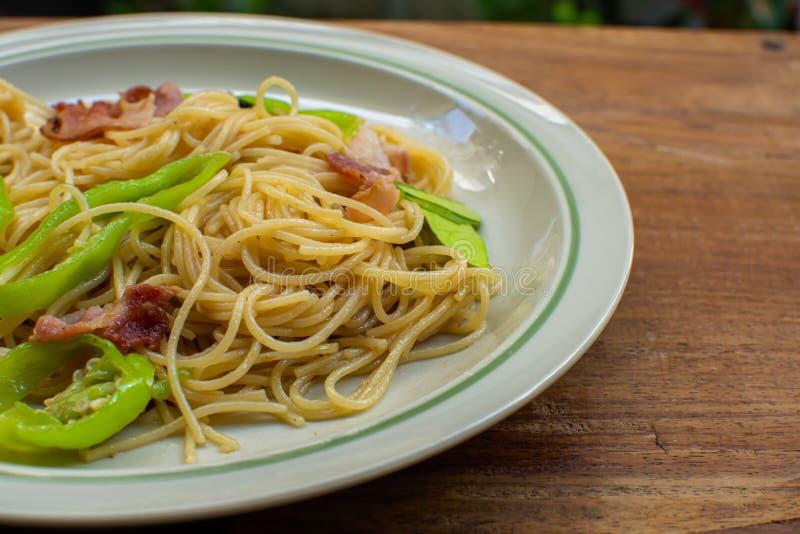 Um prato dos espaguetes na tabela de madeira fotografia de stock royalty free