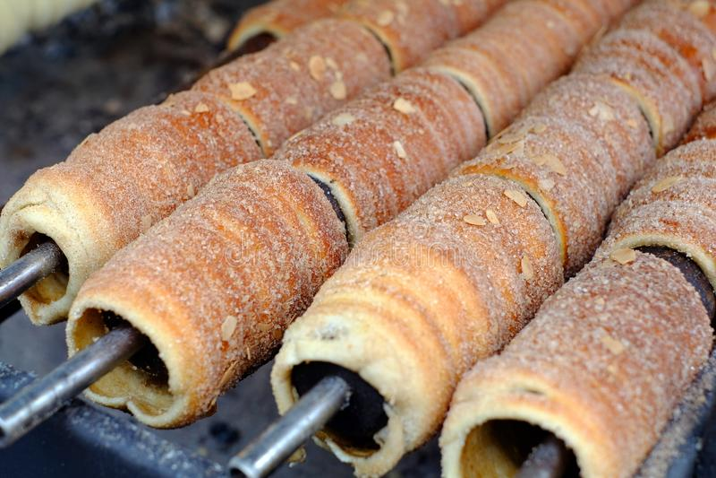 Um prato popular entre o ` checo tradicional de Trdelnik do ` do alimento dos turistas ao preparado no espetos de madeira sobre c imagem de stock