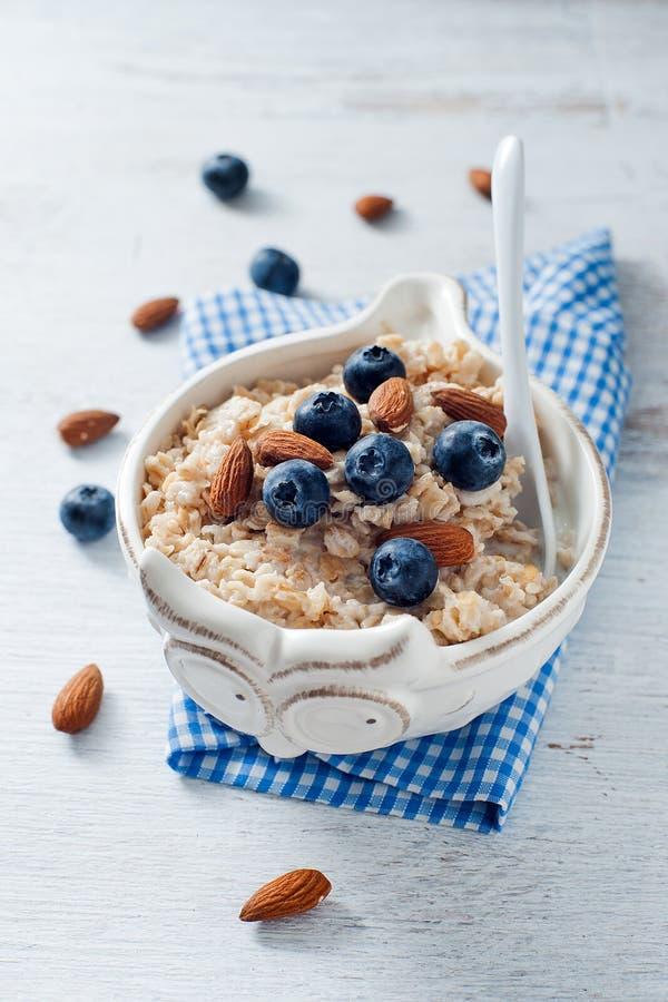 Um prato saudável dietético da farinha de aveia com amêndoa e mirtilo foto de stock royalty free