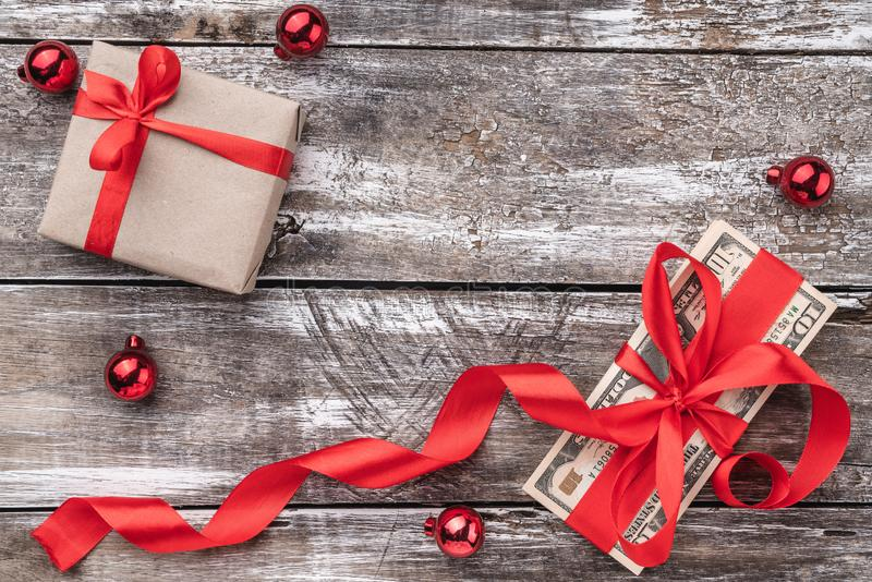 Um presente do Natal, dinheiro, artigos do Xmas, em um fundo de madeira Vista superior fotografia de stock royalty free