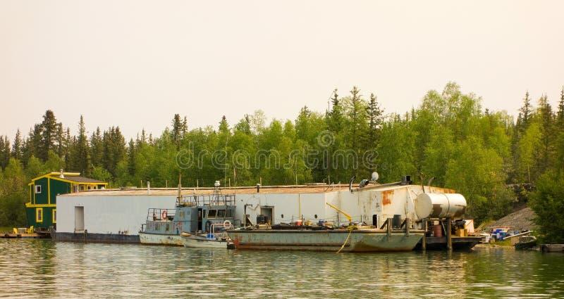 Um processamento dos peixes barge dentro Canadá do norte fotos de stock royalty free
