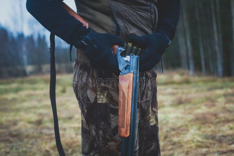 Um processo de caça durante a época de caça, processo de caça do pato, grupo de caçadores e cão wirehaired drathaar, alemão do po fotos de stock royalty free