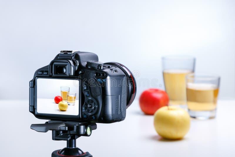Um processo de tomar a imagem do suco e da ma?? com c?mera profissional fotos de stock royalty free