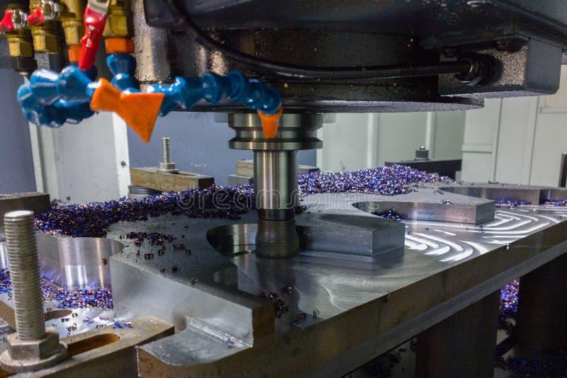 Um processo de trituração do cnc do palte de aço grosso do lagre pela trajetória curvada, foco seletivo com técnica do borrão fotos de stock