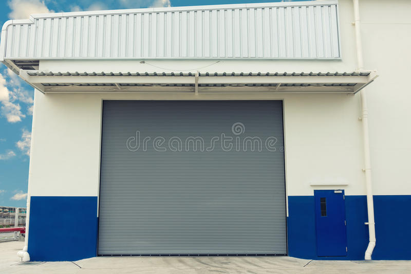 Um projeto industrial para a porta do obturador, porta do obturador do armazém, E imagens de stock royalty free