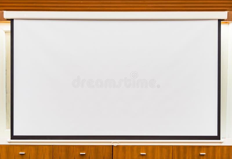 Um projetor aéreo branco no teto na sala de reunião imagens de stock