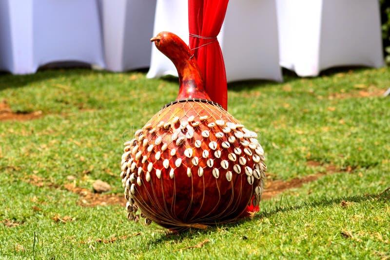 Um protetor africano decorado usado em cerimônias tradicionais imagem de stock