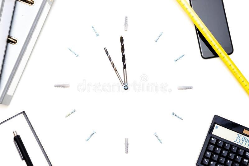 Um pulso de disparo feito dos parafusos e das brocas simboliza a pressão de tempo fotos de stock
