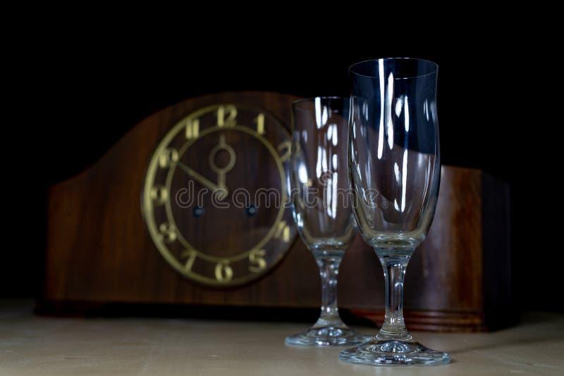 Um pulso de disparo velho e vidros completos do champanhe em Year' novo; véspera de s Fi fotos de stock