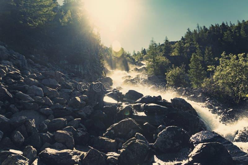 um pulverizador da água Rupturas da água nas rochas Cenário tranquilo da cachoeira no meio da floresta verde fotos de stock royalty free