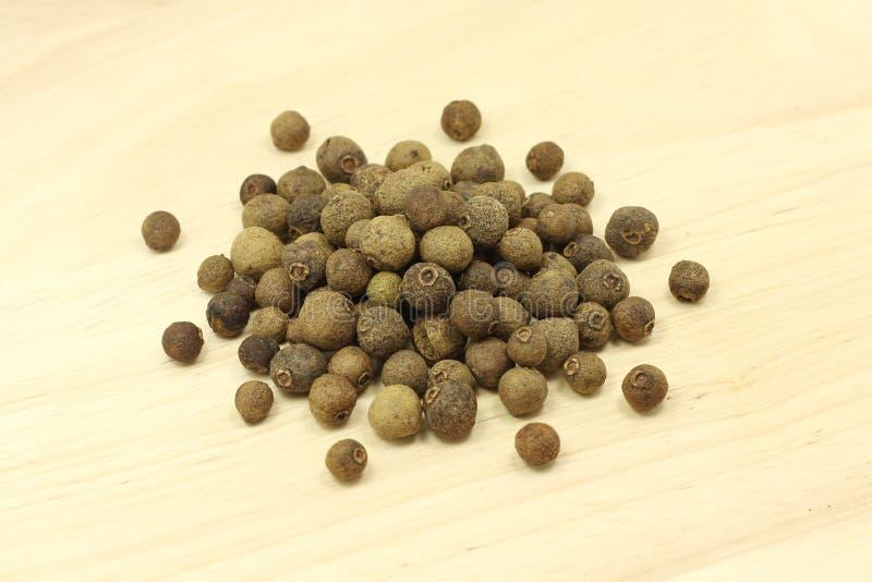 Um punhado da pimenta da Jamaica secada fotos de stock