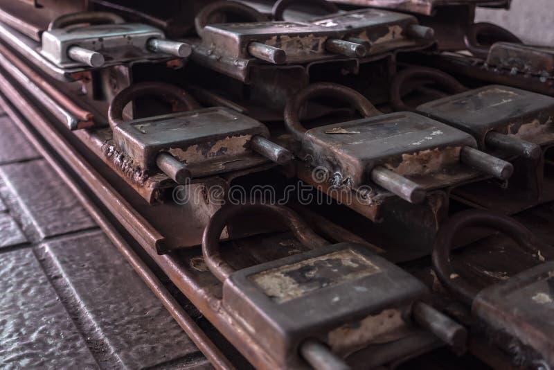 Um quadro de porta envelhecido do fechamento da oxidação no assoalho imagem de stock