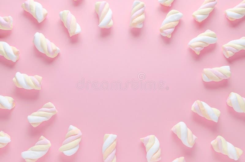 Um quadro do marshmallow da cor pastel no fundo cor-de-rosa com espaço da cópia imagem de stock royalty free