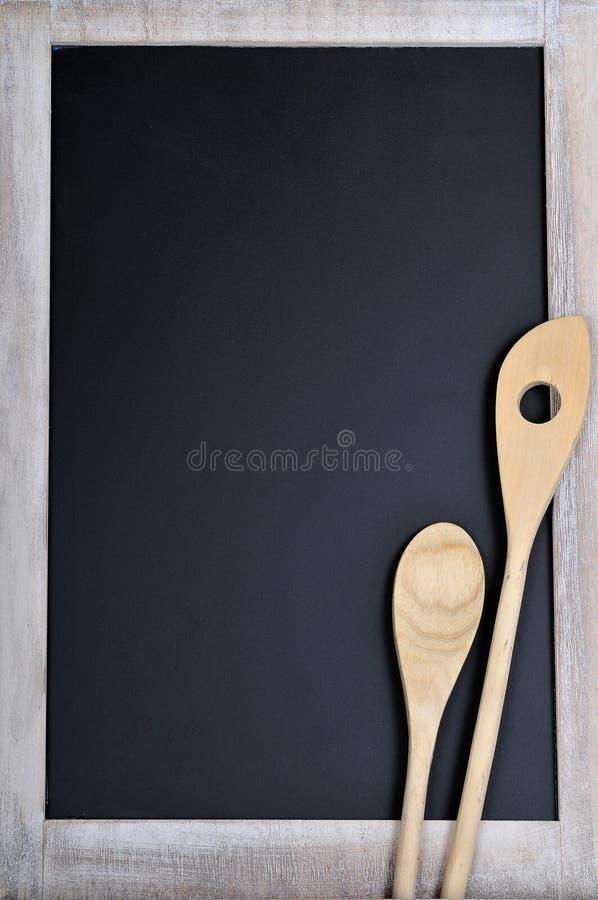 Um quadro-negro com colher de madeira fotos de stock