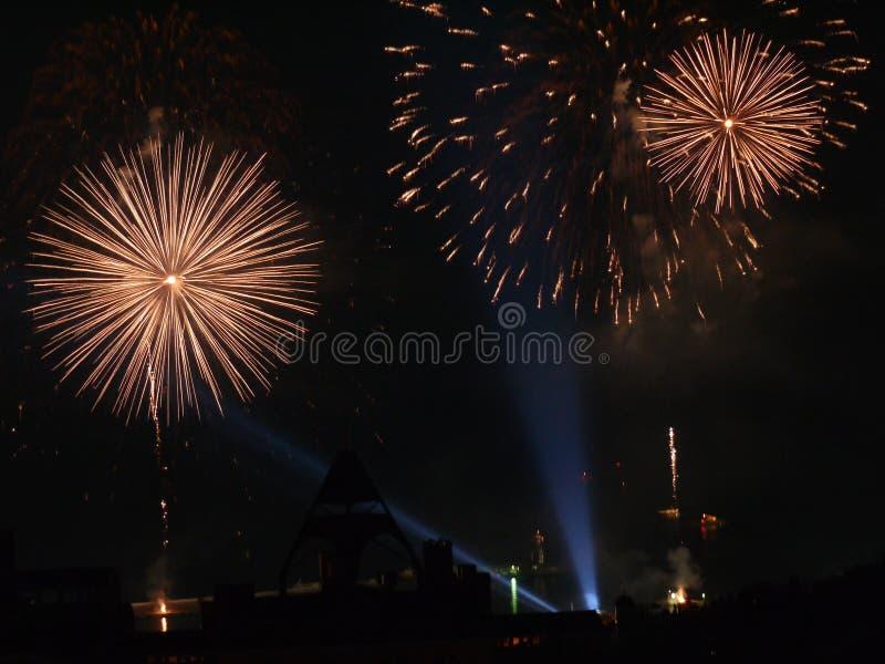 Um raio de luz no céu noturno que mostra todo o esplendor de uma saudação festiva imagens de stock royalty free