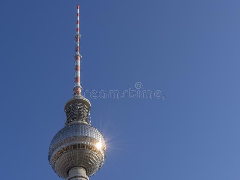 Um raio-sol matinal cria um belo reflexo contra o vidro da Torre Televisiva em Berlim, Alemanha imagem de stock