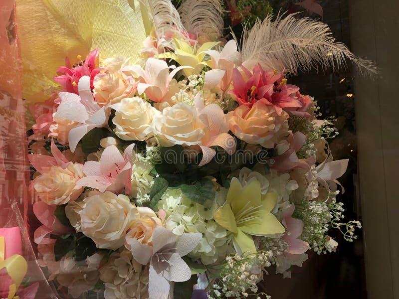 Um ramalhete bonito de flores artificiais foto de stock royalty free