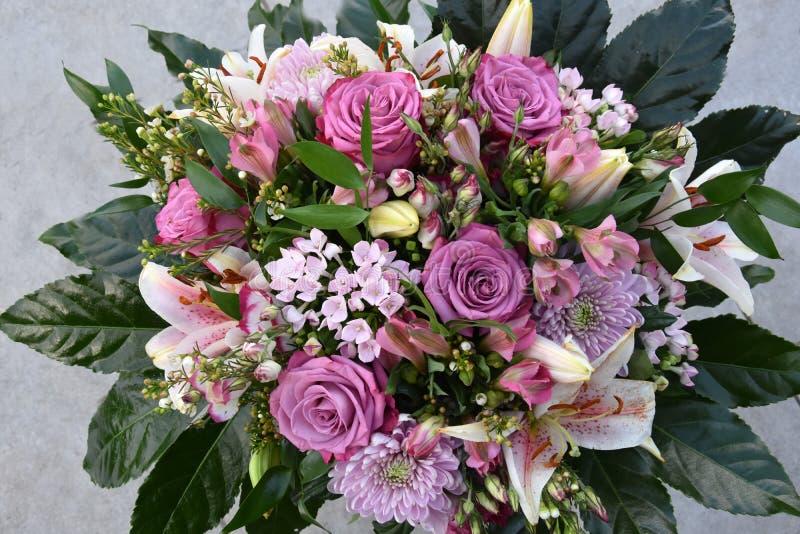 Um ramalhete com flores cor-de-rosa fotografia de stock
