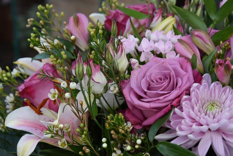 Um ramalhete com flores cor-de-rosa fotos de stock