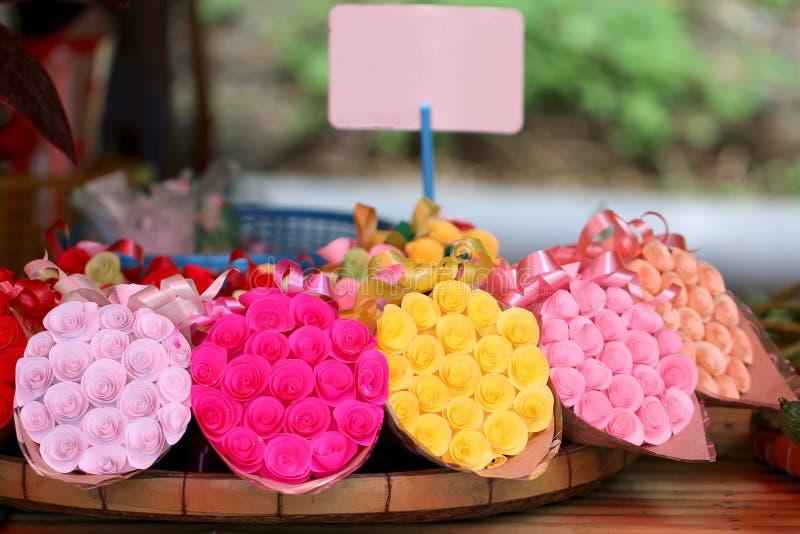 Um ramalhete cor-de-rosa do papel colorido imagens de stock