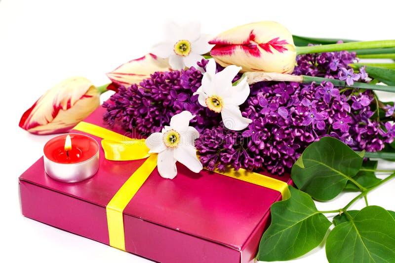 Um ramalhete das flores e do presente isolados no branco? imagem de stock
