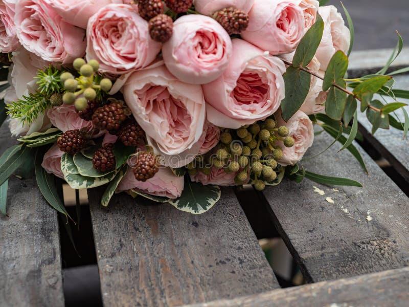 Um ramalhete de flores delicadas bonitas para um casamento fotos de stock