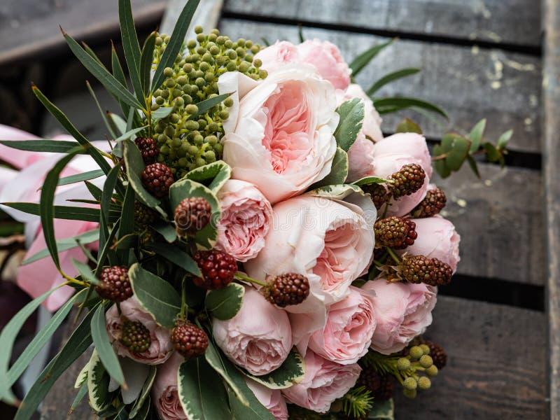 Um ramalhete de flores delicadas bonitas para um casamento imagens de stock