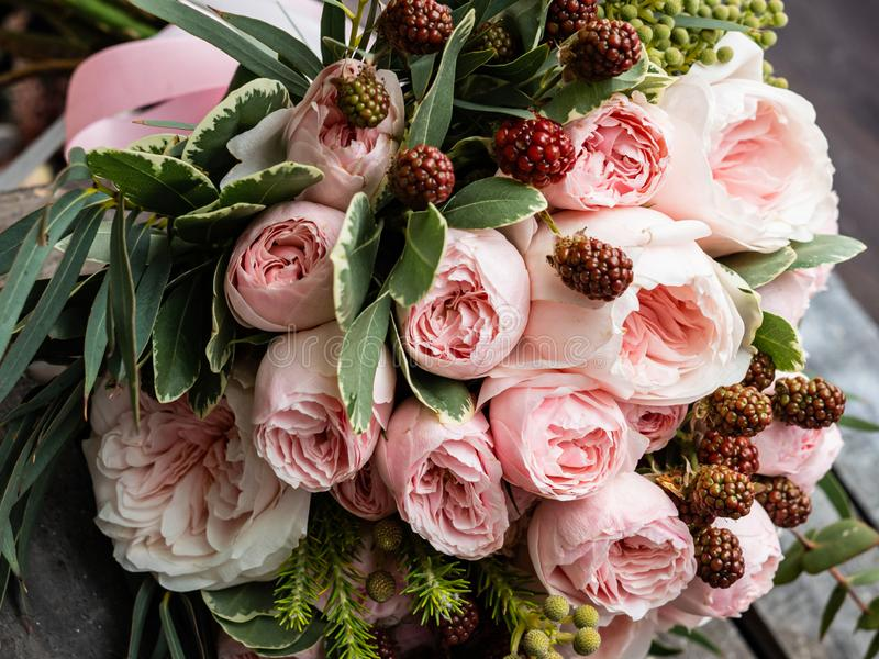Um ramalhete de flores delicadas bonitas para um casamento foto de stock