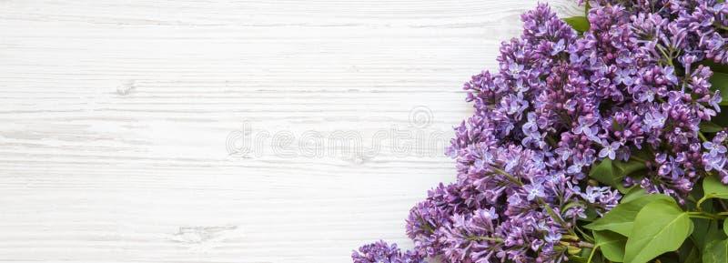Um ramalhete de flores lilás em uma superfície de madeira branca, vista aérea Copie o espaço Vista superior, configuração lisa fotos de stock royalty free